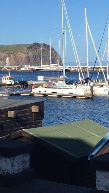 Zeilschip Eendracht in Horta voor de kade